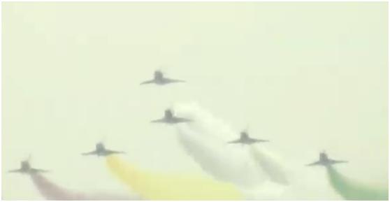 (中国空军八一飞行表演队歼-10战机进行特技飞行 现场视频截图)