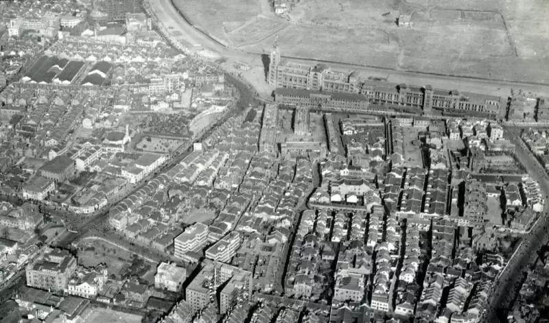 1946年航拍的跑马厅及南京西路黄陂北路周边区域。