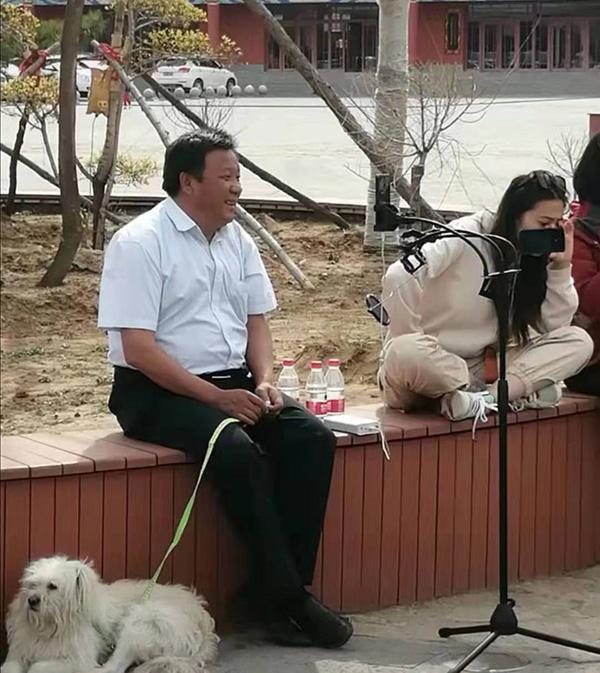 网红县长在直播 观看的抖音网友 供图
