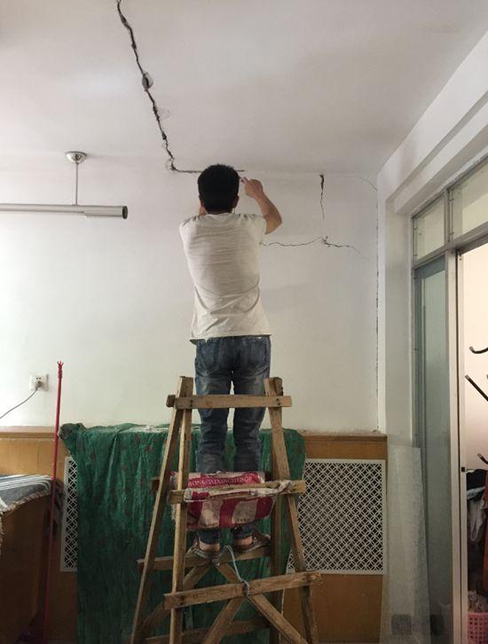 2017年6月24日,出租屋天花板开裂,房东请人来修补。