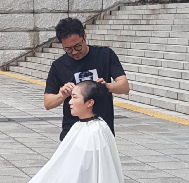 李彦周正在韩国国会前剃秃顶(《晨陈日报》)