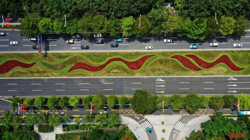 广东深圳:超4181平方米的巨幅国旗亮相深圳广电大厦