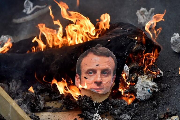 马克龙肖像人偶遭绞刑焚烧 政界人士:这是丑闻