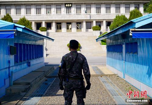 图为在板门店韩方一侧自由之家,可看到对面朝方一侧的板门阁。中新社记者 吴旭 摄