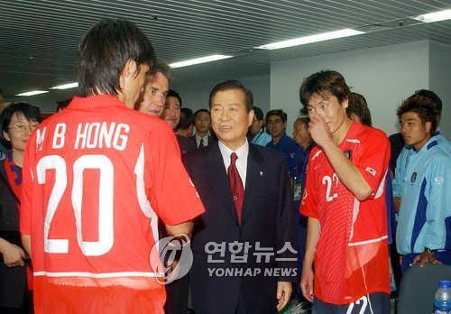 金大中在韩葡赛结束后勉励球员