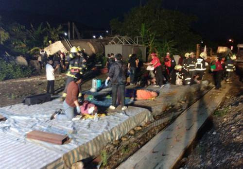 """台铁普悠玛号21日下午发生出轨意外。(台湾""""中央社""""/记者沈如峰 摄)"""