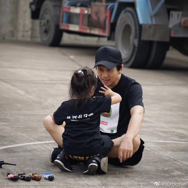 实力派演员邓超,是个很有童心的父亲,论瑜伽中那些基础体式