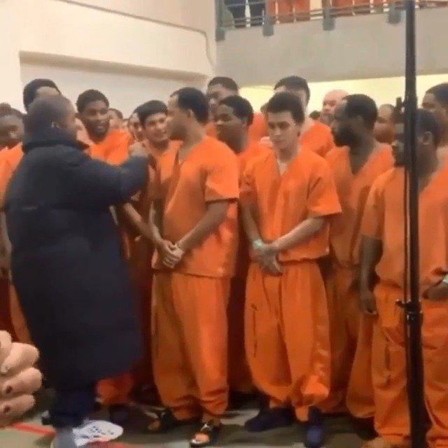 Kanye West在休斯敦哈里斯县监狱表演期间与犯人们打招呼