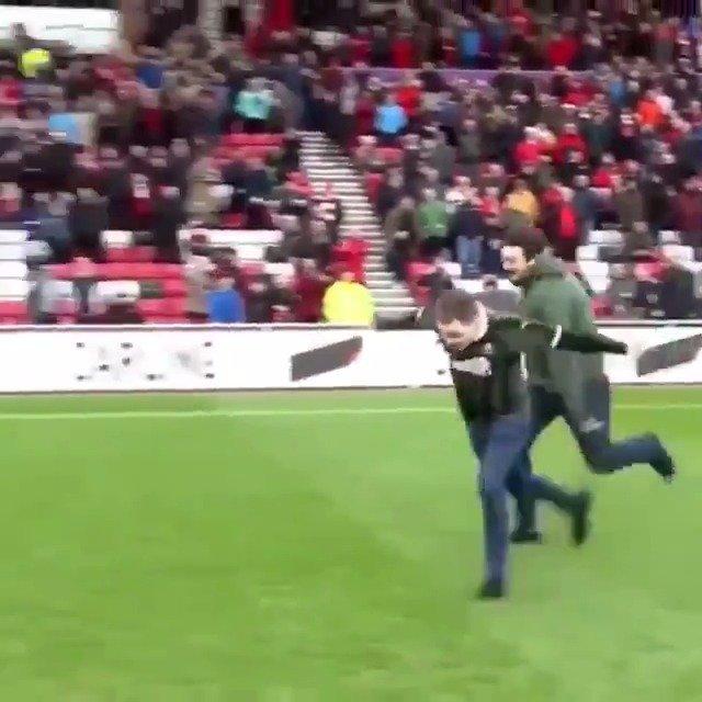 两球迷闯入球场,一人被绊倒