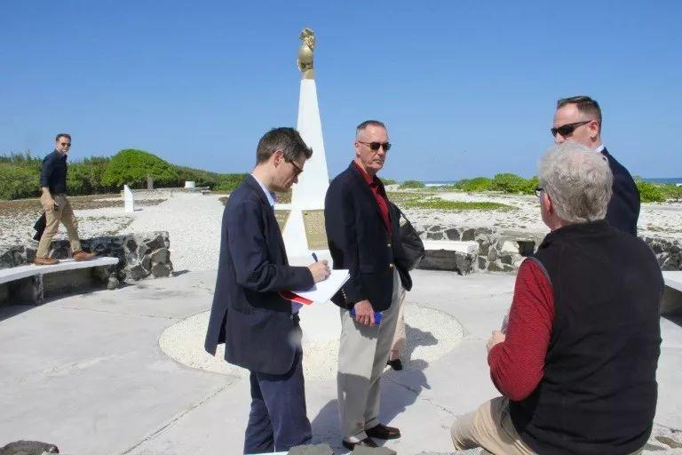 ▲材料图片:邓福德(中)在威克岛上的留念碑前,接收记者采访。(法新社)