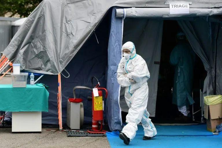 防护设备紧缺,有医生一副口罩连戴几天