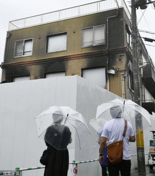 本地工夫2019年8月27日,日本京皆,公众正在京皆动绘事情室放火案现场悲悼罹难者。(视觉中国)