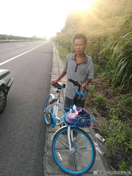 民警在高速上发现骑自行车逆行的男子。