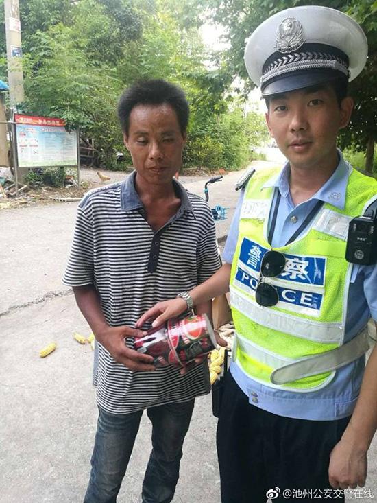 民警给男子买来方便面充饥。