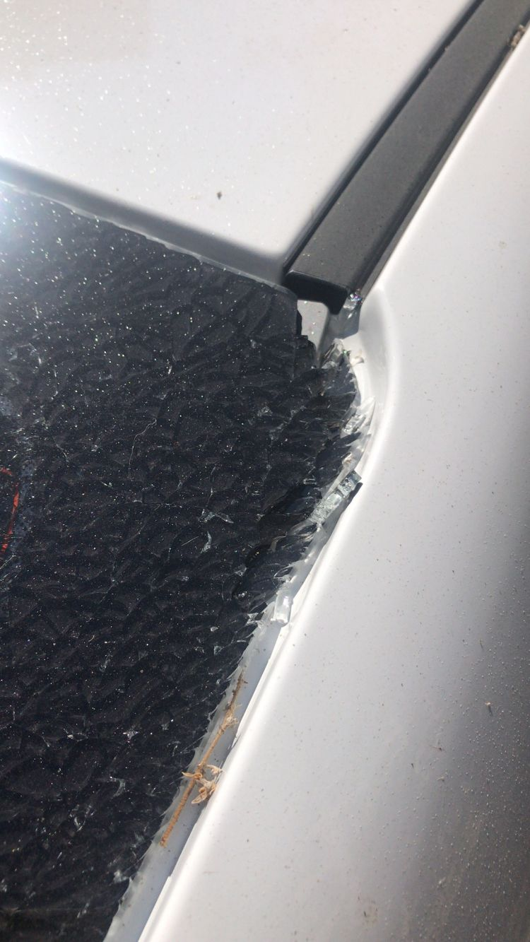 """""""谁砸了我的车玻璃?"""" 物业公司称监控故障,""""凶手""""成谜"""