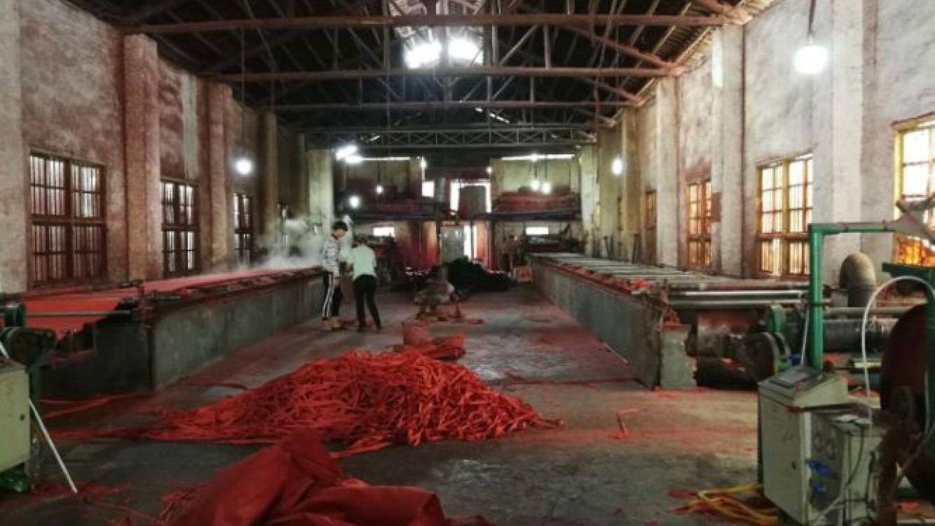 新改扩建后正常生产的宜章县鸿茂纸厂车间杂乱。中央环保督察组 供图