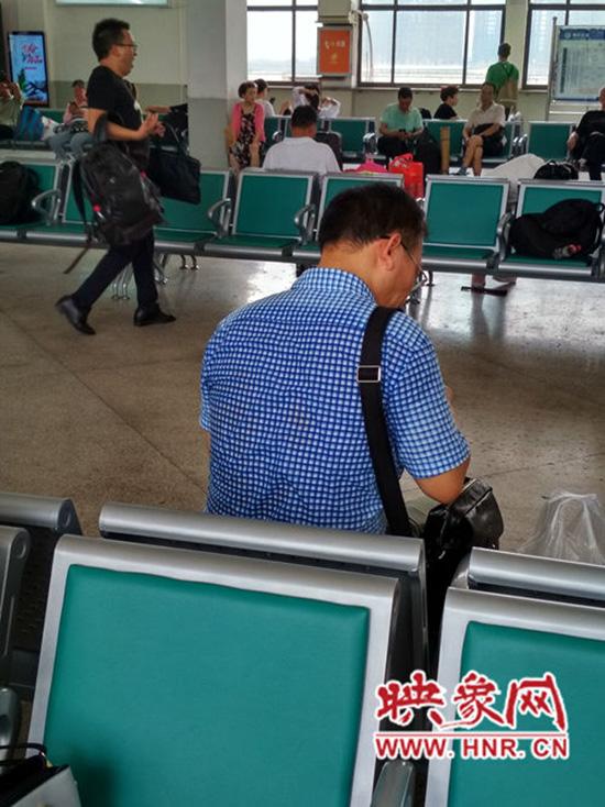 很多旅客衣服已被汗水浸湿