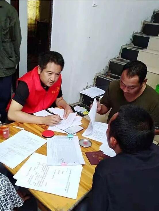 吴志宏(左)核查建档立卡贫困户信息 红河日报 图