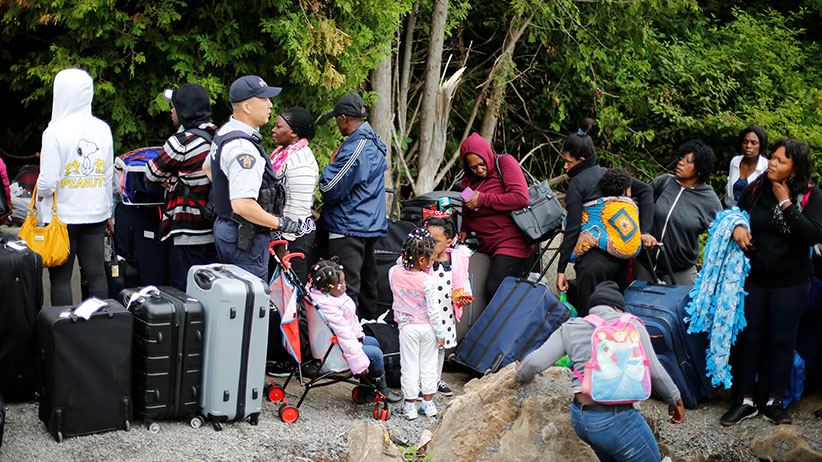 (面对美加边境激增的难民,加拿大警方也束手无策。)