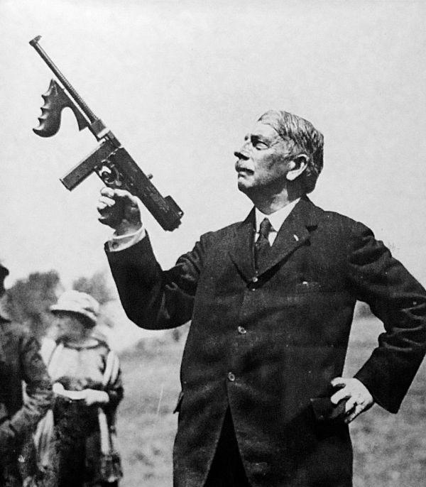 资料图片:约翰・汤普森准将手持汤普森冲锋枪合影。(图片来源于网络)