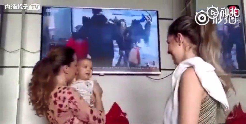 小宝宝第一次看到,自己妈妈的双胞胎,哈哈