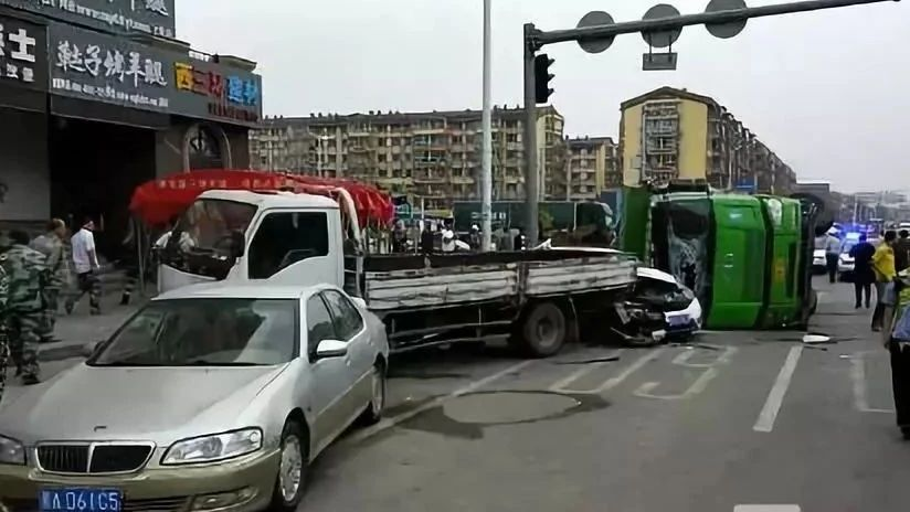 """南岗一翻斗车侧翻砸中路边5辆车 ,其中一台被砸成""""铁片""""!"""