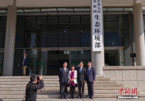 4月16日,新组建的中华人民共和国生态环境部在北京正式挂牌。图为民众与新牌合影。 中新社记者 贾天勇 摄