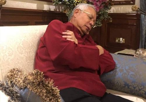 警方16日夜间搜查纳吉布的住所时,纳吉布坐在沙发上睡觉。(马来西亚当今大马新闻网)