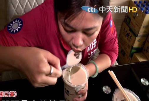 蓝营人士示范汤匙喝珍珠奶茶 截图来自中天新闻