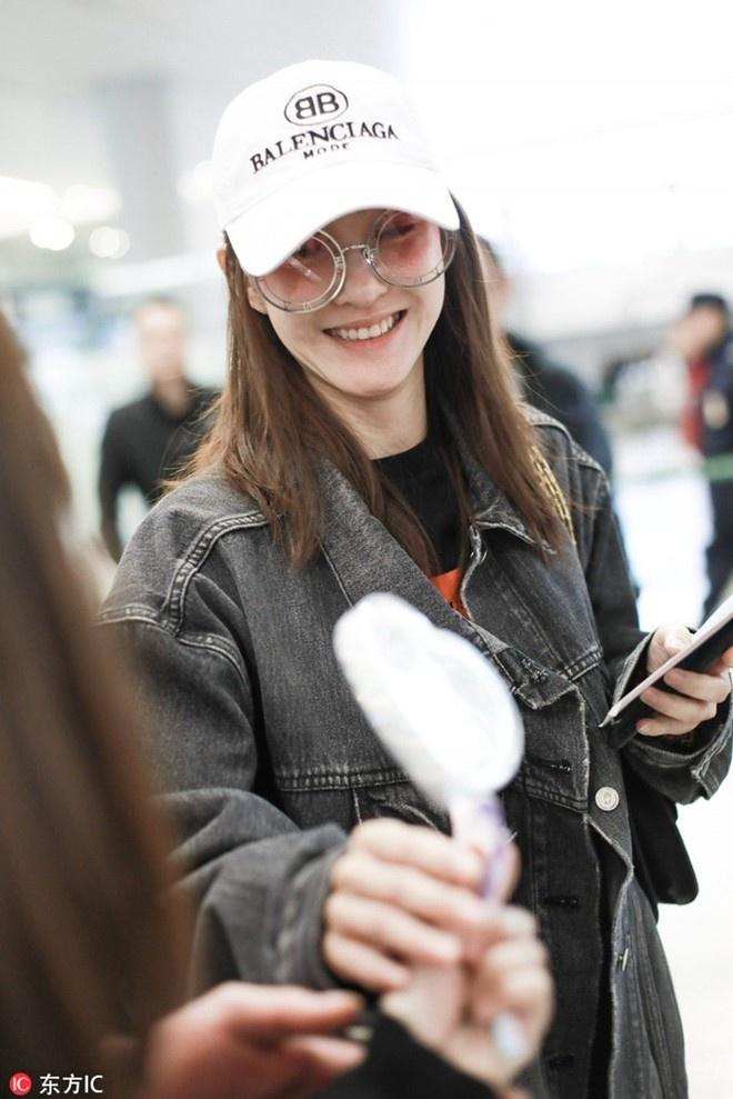 王丽坤被爆恋林更新首现机场 手持爱心糖果心