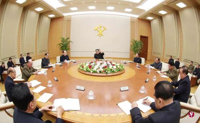 ▲朝中社10日发布的这张照片显示,金正恩(中)主持朝鲜劳动党中央委员会政治局会议,并在会上对韩朝关系发展方向和朝美对话前景进行了深度分析和评价。