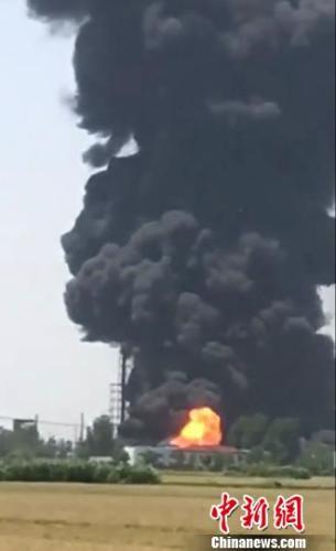 扬州江都一化工厂发生火灾 火灾波及相邻化工企业