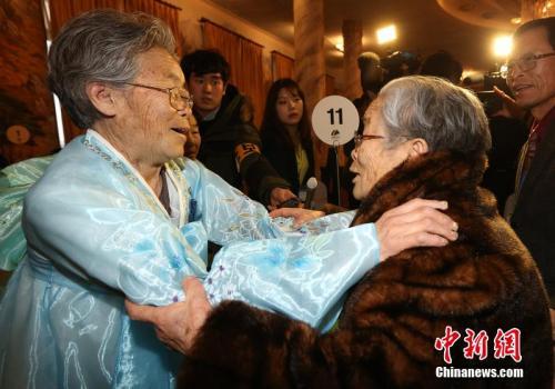 2014年2月20日,朝鲜金刚山,朝韩离散家属团聚首日,此次团聚活动中年纪最大的金星允老奶奶(96岁)和亲人拥抱,高兴得不得了。 图片来源:东方IC 版权作品 请勿转载