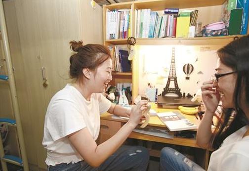 图为李秋雨(左)和袁松龄现在情同姐妹