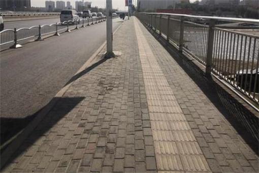 太危险!郑州一人行道仅两脚宽 机动车与行人混行 有关部门最新回应来了
