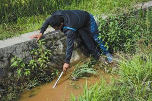在河道用自制的工具寻找陨石。