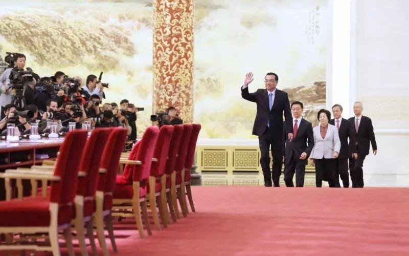 3月20日,李克强与副总理们会见中外记者。(新华社发)