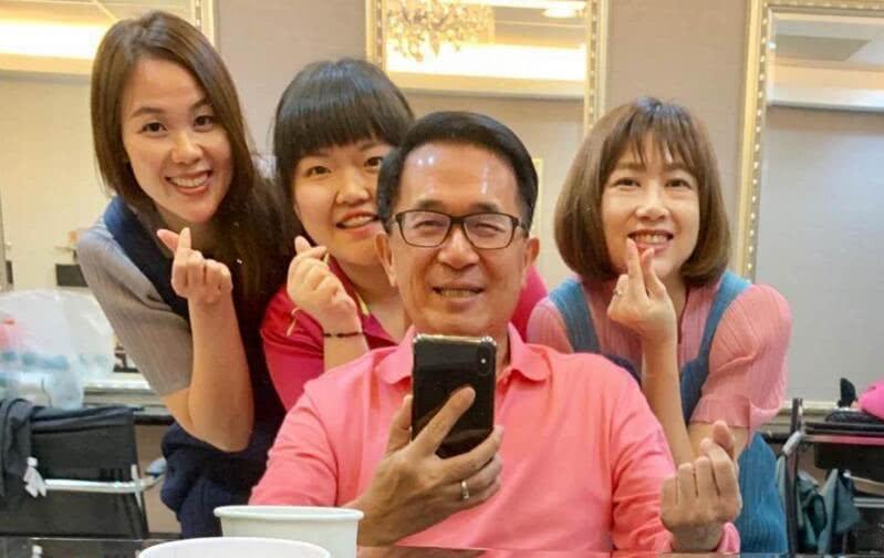 陈水扁此前发布的开心合影 图丨中时电子报