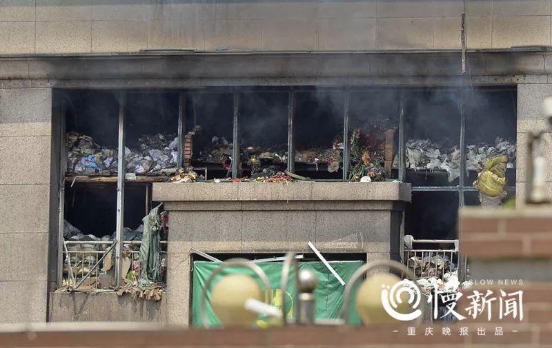 商场里的百货被大火烧毁