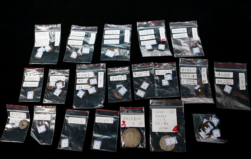 图为:海关移交的古钱币