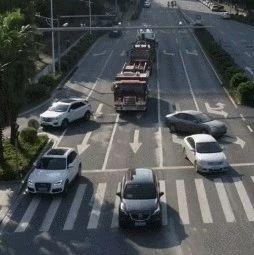 消防车警笛长鸣 江西一私家车迟迟不避让结果……