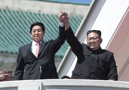 9月9日,栗战书(左)与金正恩在金日成广场观看朝鲜建国70周年庆祝活动游行。