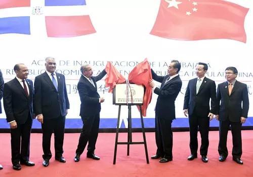 △11月3日,多米尼加共和国驻华大使馆在北京正式开馆。梅迪纳总统(左三)出席了开馆仪式。(来源于外交部网站)