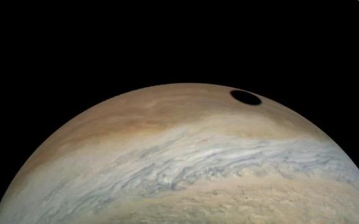 NASA朱诺号探测器在木星上发现木卫一的阴影