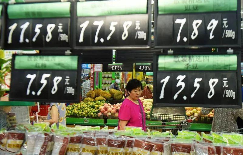 ▲资料图片:市民在超市选购产品。(法新社)