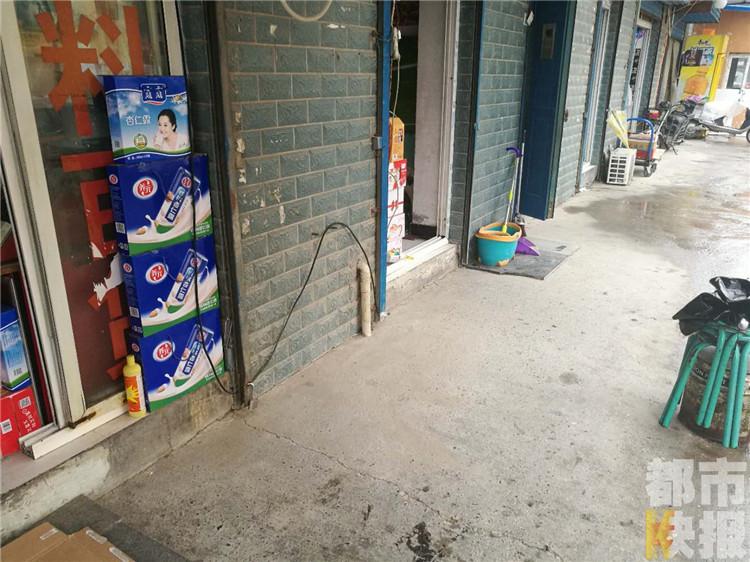 奇葩小偷盗走商店门口冰柜,监控拍下全过程。