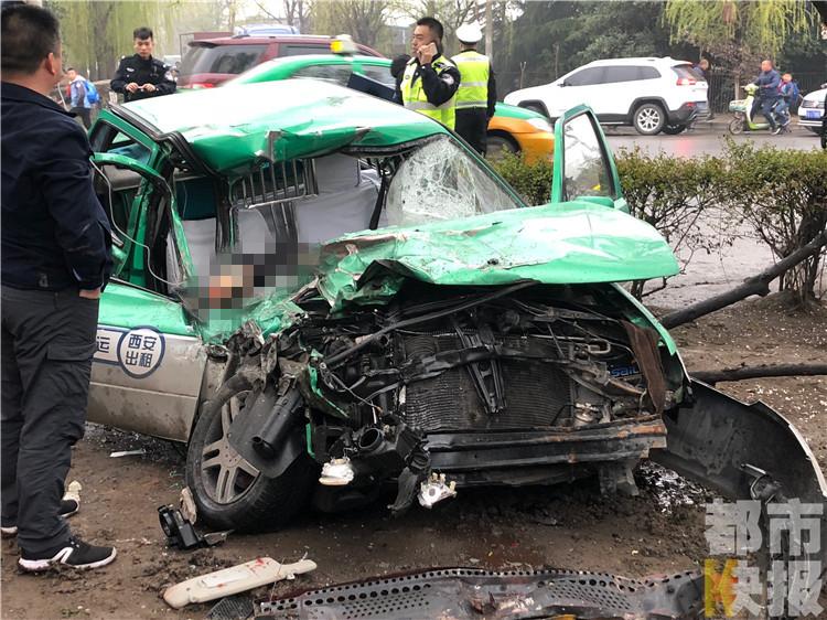 西安一出租车与半挂车相撞 司机受伤乘客不幸离世