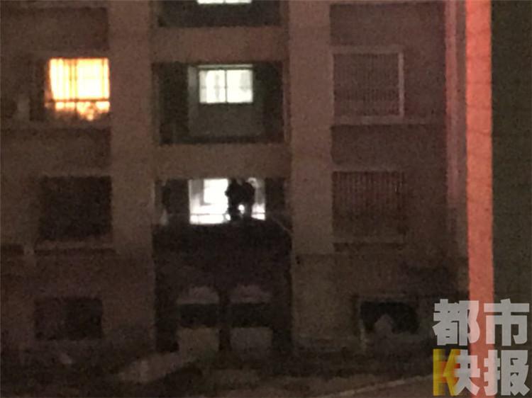 男子高层坠亡砸中天然气管道,居民称不是小区住户。
