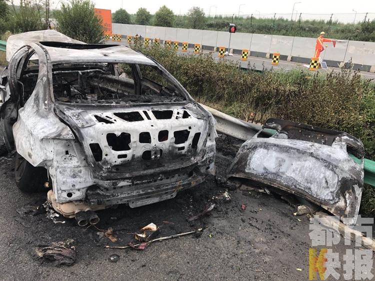 西安绕城发生一起交通事故 宝马轿车撞护栏后燃烧