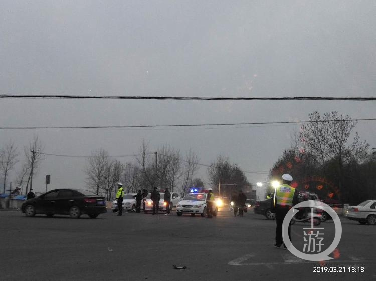 3月21日傍晚,江苏盐城爆炸现场附近警方已经警戒。